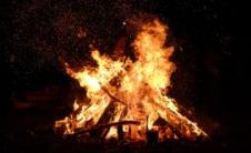 过去伤害的篝火释放自己创造真爱